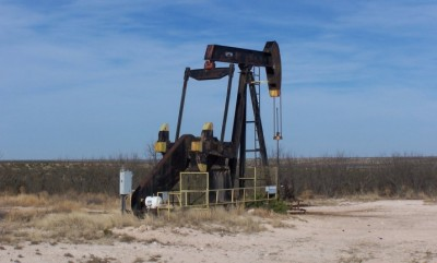 Low temperature micro-geothermal engines to utilise abandoned oil and gas wells